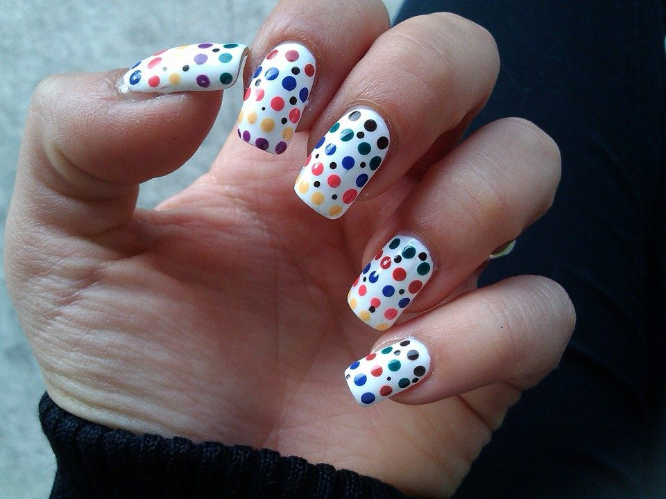 Nail Art white and colorful dots semplice