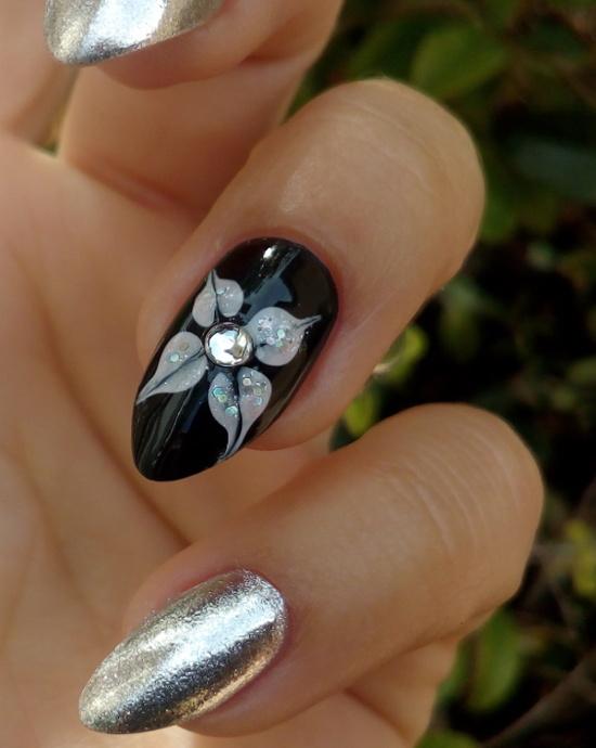 Accent nail art fiore astratto e manicure effetto specchio - Unghie argento specchio ...