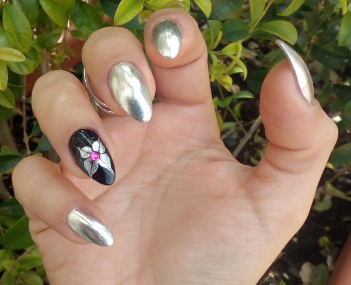 Accent Nail Art Fiore Astratto E Manicure Effetto Specchio Nailartenon