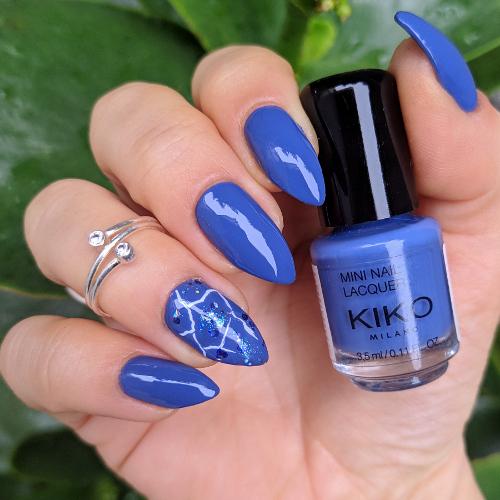 Nail art blu e accent effetto marmorizzato boccetta