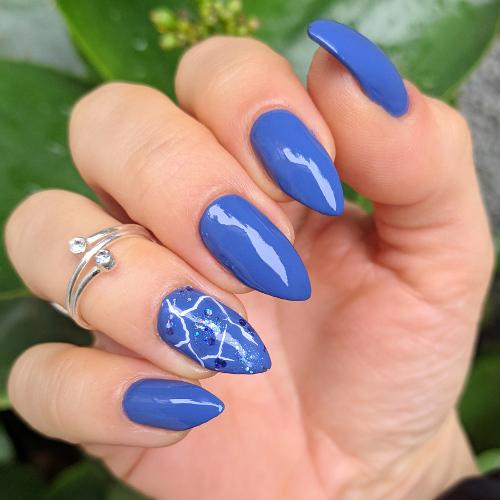 Nail art blu e accent effetto marmorizzato